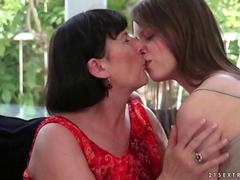 Older lesbian loves to put her tongue to use