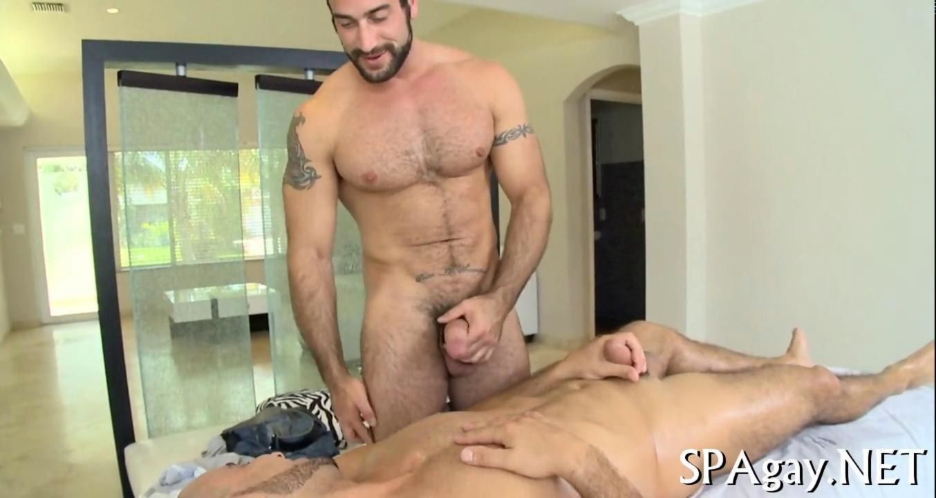 Hunk Gets An Oiled Massage