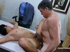 older hunk pounding an tight anal hole of an Asian twink