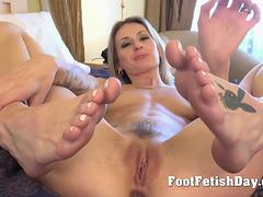 Sexy feet on pussys for