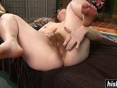 Solo babe stretches her hairy cunt